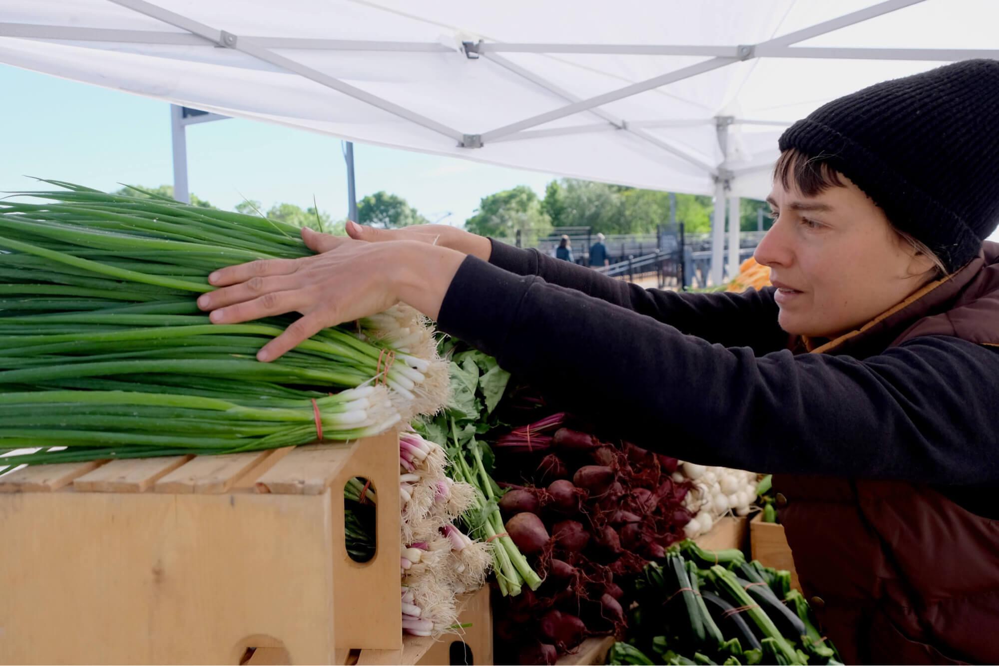 Arriver au marché le printemps avec des légumes primeurs. / Crédit : Caroline Cloutier