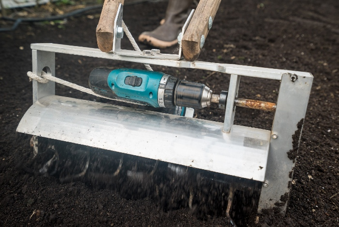 Le tilther est un rotoculteur à batterie léger, conçu pour travailler les premiers cm du sol./ Crédit : Alex Chabot