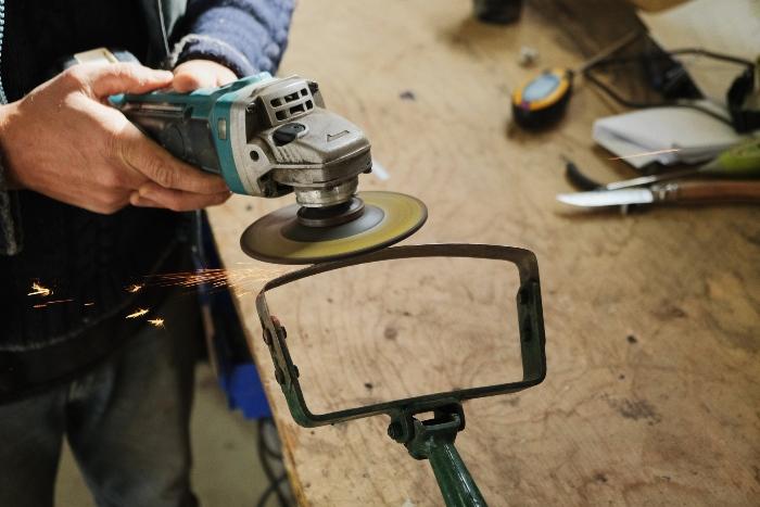 Bien entretenir les outils d'une ferme est tout aussi important que leur entreposage. / Crédit : Alex Chabot
