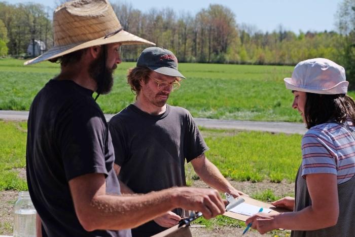 Discutez avec d'autres fermiers avant de faire l'achat d'outils agricoles. /Crédit : Caroline Cloutier