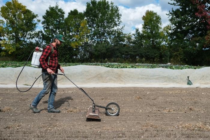 Le pyrodésherbeur est utile lors du semis direct d'une culture «salissante». / Crédit: Alex Chabot