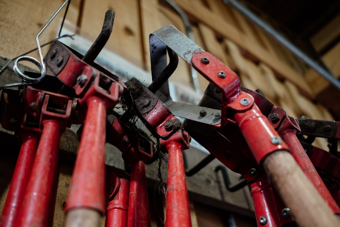 Binettes oscillantes dans la remise à outils. / Crédit : Alex Chabot
